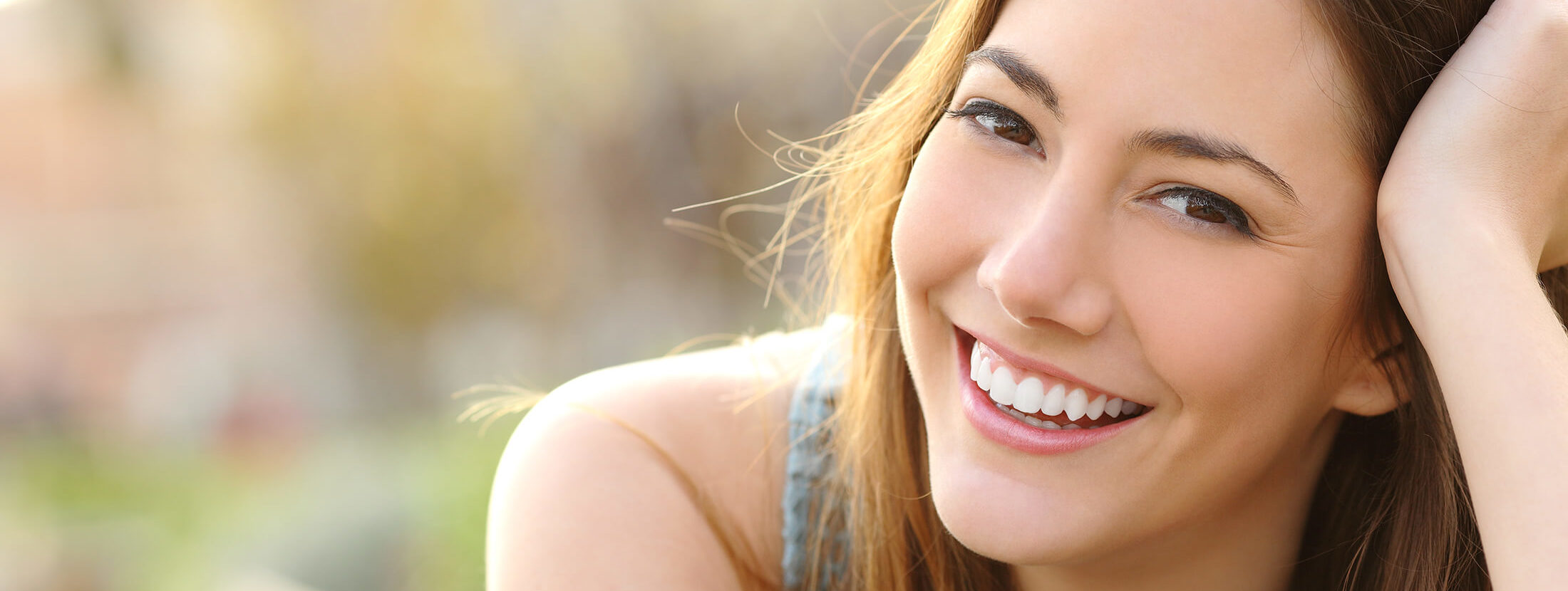 Zahnarztpraxis Dentavia Rödelheim glückliche Patientin Header